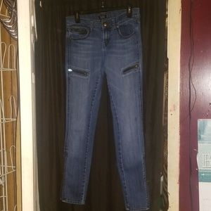 Skinny jeans with zipper accents